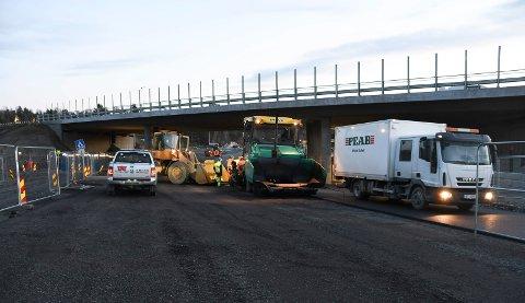 JOBBER PÅ: Arbeidene pågår, og planen er fortsatt at Moelv-krysset skal åpne 1. desember.