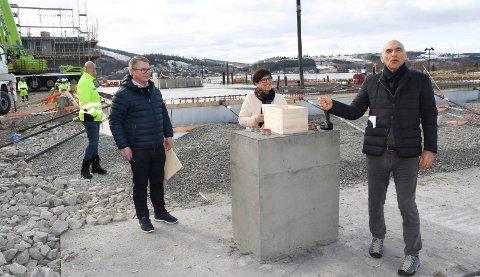 La ned grunnsteinen: Karin Engen fikk æren av å legge mned grunnsteinen til kontorbygget til Arthur Buchardt og AB Invest. Til venstre ser vi Martin Lunke, prosjektleder i Hent AS, hovedentreprenør for byggeprosjektet i Brumunddal.
