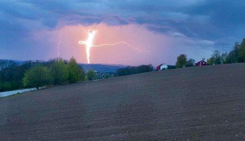 LYN OG TORDEN: Tirsdag kan deler av Østlandet få noen runder med lyn og torden, dersom værvarselet slår til. Slik så det ut over Ringsaker for noen uker siden.