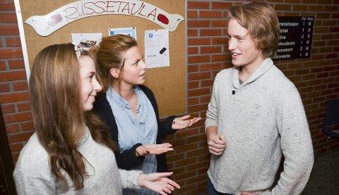 Hedda Bjerkerud Moen og Anna Fredriksen mener russen bør gripe muligheten til å ta vaksinen, nå som den er gratis. Russepresident Edvard Langvandsbråten oppfordrer elevene til å ta vaksinen mot hjernehinnebetennelse.
