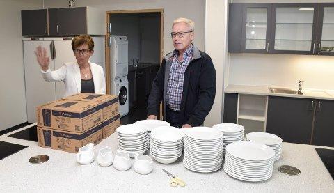 OMVISNING: Anne Torp Lien viser rundt på nye Sokna skole. Rektormannen Ragnvald Lien er imponert og beskriver henne som organisatoren.