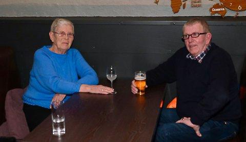 NYÅPNING: Anne og Georg Rosseland hygget seg i Bryggerikjelleren sist lørdag, og syntes at det var veldig hyggelig at stedet har åpnet igjen.