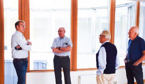 SNAKKET SAMMEN: På gangen snakket utbyggingsdirektør Stig Rongved med Gunnar Lunne, Sven Alexander og Jan Egil Lyng i sameiet. I rettslokalet ved de motparter.
