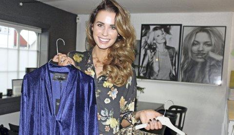 STOR SUKSESS: Benedicthe Bjerke er kreativ leder og designer for merket Billie & Me. Her viser hun fram noen av nøkkelplaggene fra høstkolleksjonen.                                               Foto: Britt Hoffshagen