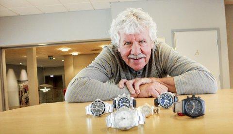 SMYKKER: Digitalisering dreper ikke interessen for mekaniske ur. Jonny Larsen med et utvalg Rolex, Breitling og Omega. Samt Rolex «billigvariant» Tudor (t.h.), bruktpris 27.000.foto: elisabeth Lunder