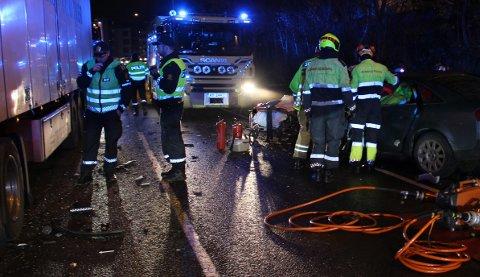 MØTEULYKKE: Føreren av personbilen er fraktet til sykehus etter ulykken tirsdag morgen.