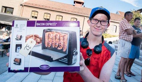 BACONMASKIN: – Gleder meg til å ta den med hjem til pappa og prøve den, sier Christian Iversen Millidal om sin nye baconmaskin.
