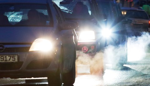 Biler i kø avgir eksos i Oslo sentrum tirsdag.  På grunn av akutt luftforurensing var det innført et generelt forbud mot å bruke dieselbiler i hovedstaden store deler av tirsdag.  Foto: Erik Johansen / NTB scanpix