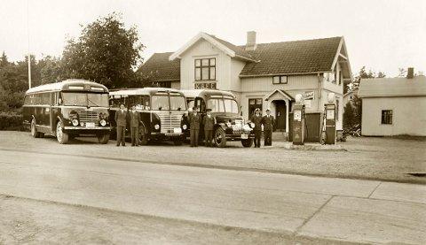 """KORSET: Sjåfører og busser utenfor kafeen som Martha """"Korset"""" Isingrud drev gjennom flere år. Her fantes to BP-pumper i 1951. Foto: Aina Huser (MiA)"""