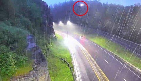 Midt på dette bildet treffer helikopteret høyspentlinjene. De to lysene er fra navigasjonslanternen på helikopteret og fra kortslutningen.