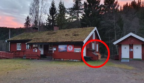 STENGT: DNT-hytta ved Trollsvann i Larvik er stengt etter mulig kullosforgiftning. Mandag gjennomføres det tilsyn av hytte og aggregatet (merket med rød ring). Foto: Anne-Lene Stulen / DNT