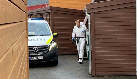 Både betjenter og krimteknikere undersøkte leiligheten og området.