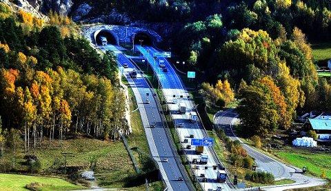 Høyre felt i retning Sarpsborg vil være stengt mellom tunnelen og der E6 krysser fylkesvei 118, opplyser Statens vegvesen.