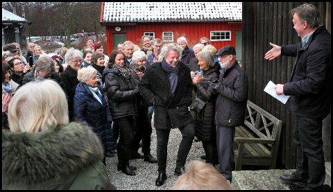 Mye folk: Folk kjente sin besøkelsestid da Ole Dørje (til høyre) kunne ta i mot kunstner Kenneth Blom på Soli Brug sist lørdag.