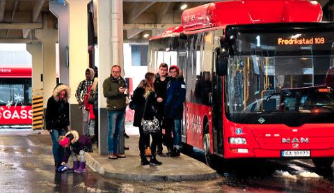 GRATISPASSASJERER: Alt for mange reiser gratis med buss. Det viser billettinntektene til Østfold kollektivtrafikk. Derfor gjennomføres det en aksjon for å få flere til å løse billett.