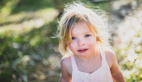 Barn med blå øyne er mer sensitive for sollys enn de med mørkere øyne.