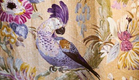Okergult i kombinasjon med en dash lilla er blant høstens superpar på fargefronten, og gjerne i form av papegøyemønster på gardiner.