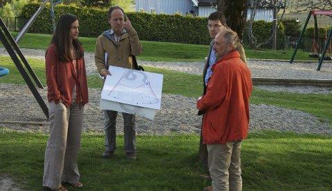 KUN EN MØTTE: Bare Sten Inge Tunli i MDG (t.h.) møtte opp på befaringen med interessegruppa. F.v.: Nina Stenberg, Alexander Savert og Fredrik Lynghaug.