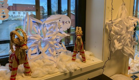 UNGDOMSSKOLEN: Tiendeklassen har pyntet klasserommet med papirsnøfnugg, julekuler og ledlys.