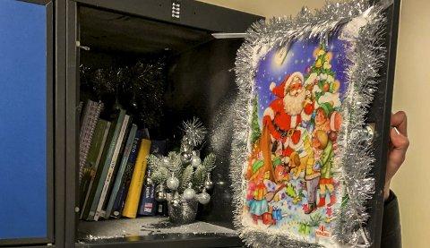 BOKSKAP: Jentene på videregående skole pyntet skapene sine med julekalendere, falsk snø og andre juledekorasjoner.