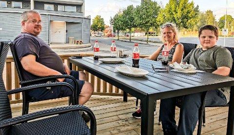 BALKAN: Tore (49), Gry (48) og Torkil Johannessen (12) koste seg på Balkan Pizza & Kebab House i Askim søndag kveld.