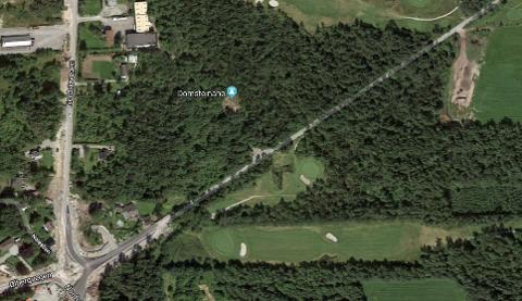 Det er veien midt i bildet til golfbanen som Avinor vil utvide og bruke som atkomstvei til sitt planlagte driftsområde.