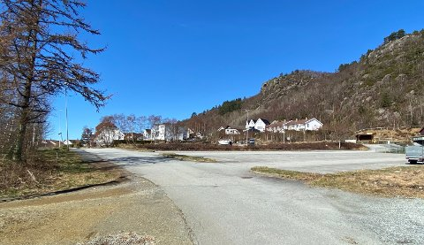 SELGES: Et kommunalt område (til venstre i bildet) som ligger like inntil parkeringsplassen på Kvednaneset skal brukes til nye boliger.