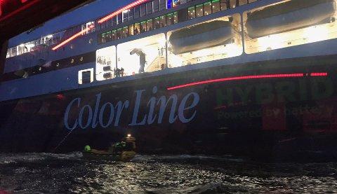 Color line og Redningsselskapet reddet en mann som var blåst til havs i liten gummijolle. Han ble observert fra brua på Color Line-ferga som avbrøt sin seilas til Strømstad for å redde mannen i havsnød Foto: Redningsselskapet / NTB scanpix