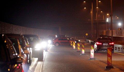 SNUDDE I KØEN: Her er to av bilene i ferd med å vrenge ut av køen og over i motsatt kjørefelt.