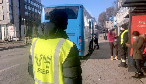 STORKONTROLL: Tirsdag var det kontroll både i Skien og Porsgrunn for å vise passasjerene at det ikke er greit å snike på bussen. Foto: Per B. Johansen