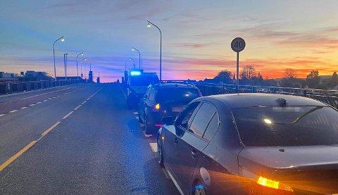 TO BILER: To biler med til sammen fire personer var involvert i et trafikkuhell på Porsgrunnsbrua natt til lørdag. Foto: TA-tipser