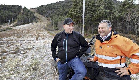 ffLars Johan Larsen (til venstre) og Olav Thingnes håper det snart begynner å snø. Slalåmbakken på Frei står klar til bruk når vinteren gjør sin ankomst.
