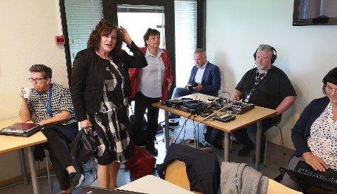 Stinn brakke: Ordførerne Milly Bente Nørsett og Lilly Gunn Nyheim leter etter et sted å sitte for å følge styremøtet, mens Kjell Neergaard sikret seg plass ved miksepulten til NRK.