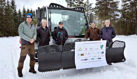 Peder Saltrø, Jostein Hausberg, Nils Magne Røen, Harald Røen og Einar Grønnes gleder seg over ny tråkkemaskin til IL Søya.