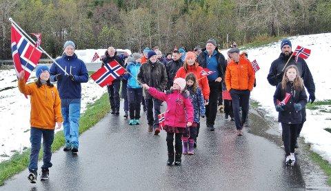 17. mai-tog: Det ble 17.maitog på indre Averøy likevel. Det sørget initiativtaker Janne Mork for.