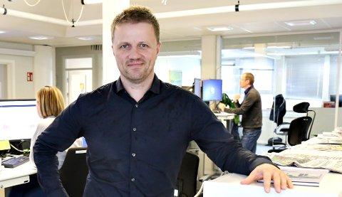 Svein Atle Huus er styreleder i Aura Avis, og skal nå finne ny redaktør for avisen i Sunndal. Bildet er tatt i en annen avisredaksjon.