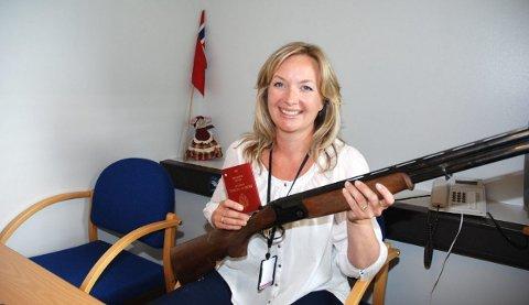 TAR IMOT: Kathrine Stein, leder av politiets publikumssenter i Stokke, anbefaler å levere inn uregistrerte våpen raskt, så det ikke går i glemmeboka.