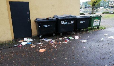LITE PENT: Tidvis flyter det av søppel rundt avfallsbeholderne utenfor Støperiet.  Dette bildet er tatt 9. oktober 2019.
