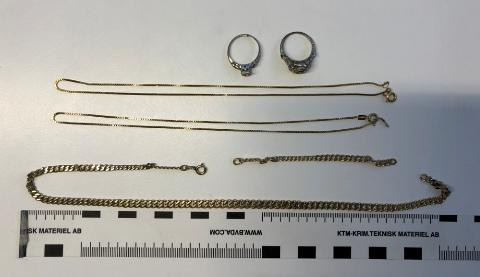 TJUVGODS: Mannen hadde blant annet disse smykkene på seg, da han ble pågrepet av politiet. Er de dine?