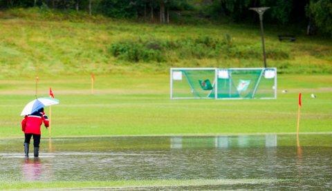ALLTID EN FIN DAG FOR FOTBALL: Noen ganger er det lett å forstå de som følger fotballen fra sofaen...
