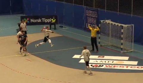 NØTTERØY-LEGENDE: Her setter veteranen Michael Jonassen inn kampens siste mål i opprykksfinalen mot Viking i Stavanger.
