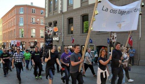 Med banner og bjøller: Unge valdresbønder i front oppover Karl Johans gate.