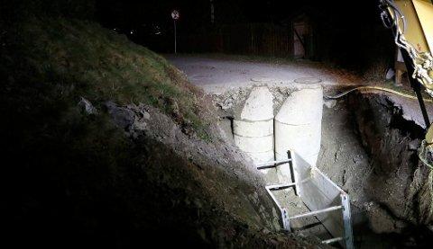 GRAVEARBEID:Fra fiksinga av vannbruddet i Stjerneveien mandag kveld.
