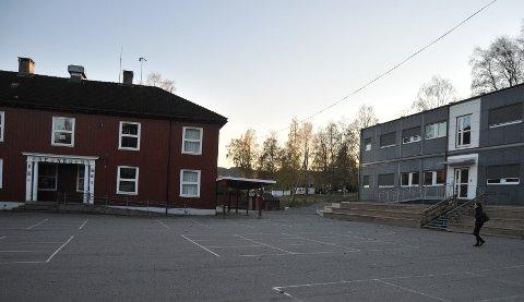 MODULER UANSETT: Kommunestyreflertallet vil starte å prosjektere ny Rotnes skole, men administrasjonen mener en ny skole tidligst kan stå klar i 2026. Så modulene vil fortsette å dominere på skoletomta i flere år ennå.