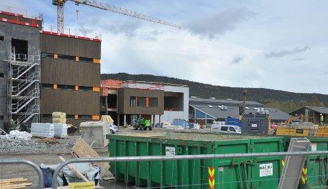 LOKALT NAVN: Den nye barneskolen i nordre del av bygda får navnet Elvetangen skole.
