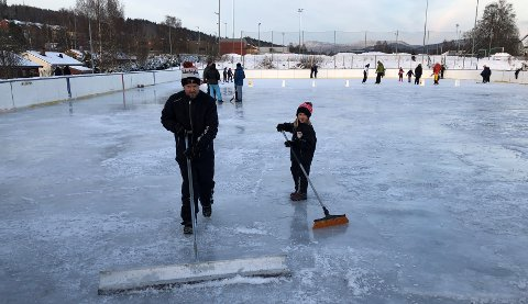 PLEIER ISEN. Lørdag ettermiddag jobber leder Joar Hugaas i hockeygruppa og dattera Ylva (8) med å gjøre banen på Rotnes klar for mer vanning.