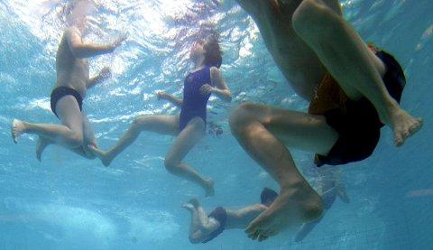 Planleggingen av den nye svømmehallen vil bli utsatt med 9 måneder om det ikke blir bevilget mer penger.