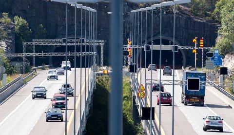 TRYGG FERDSEL I TUNNELENE: Praktisk tunnelforvalter, Anine Larsen, forklarer at Statens vegvesen stenger tunnelen for  å sørge for at de er trygge for trafikanter å kjøre gjennom.