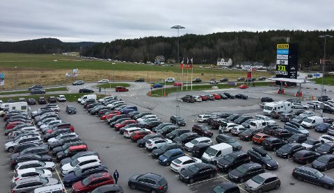 Det var ganske fullt på parkeringsplassen til Nordby shoppingsenter 1.mai, og trafikken gikk sakte helt fra E6.