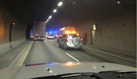 KJØRTE I VEGGEN: Politiet melder søndag kveld om en trafikkulykke i Nordbytunnelen.